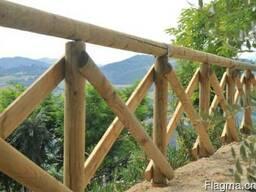 由松木制成的圆形杆(木桩围篱,圆木棒,木桩)